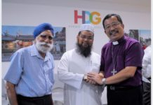 Imam Nalla Mohamed Abdul Jameel with Bishop Terry Kee and Mr Harbans Singh after he made his apology in front of 30 religious leaders of Christian, Sikh, Taoist, Buddhist, Hindu faiths and members of the Federation of Indian Muslims (FIM) on March 31, 2017 at the Harmony in Diversity Gallery at the National Environment Building.